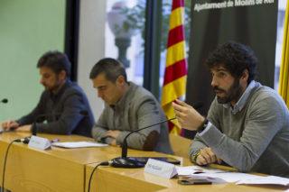 Puiggarí explicant l'estudi amb Casals i Paz al fons // Ajuntament de Molins de Rei