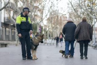Django amb un agent de la Guàrdia Urbana pel passeig del Terraplè // Ajuntament de Molins de Rei