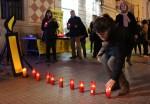 Una de les assistents col·locat una espelma // Jose Polo
