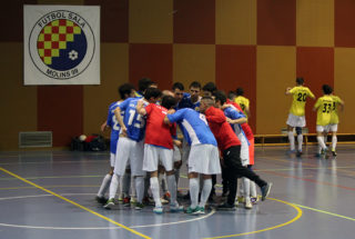 L'equip, fent el seu crit de guerra, després del partit // Jose Polo