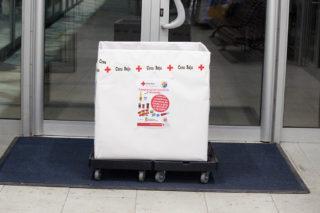 La caixa de la Creu Roja situada a l'entrada de La Sínia // Jose Polo