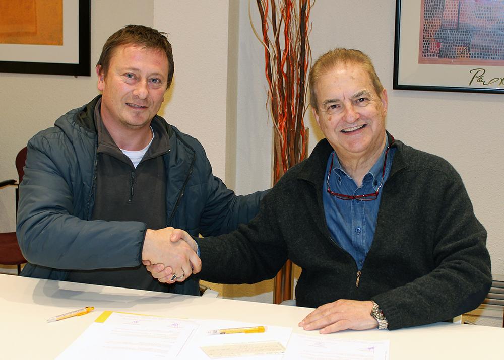 Dani Andreu (esquerra) i Marcel Prunera (dreta) signan l'acord // Jose Polo