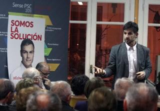 Xavi Paz escoltat per José Zaragoza i els militants del PSC Molins de Rei // Jose Polo