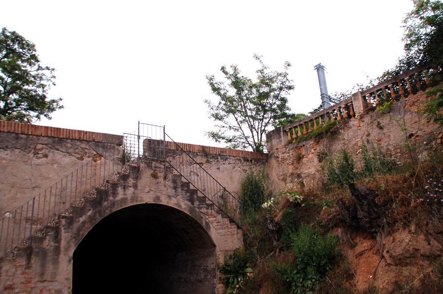 A l'abril del 2015, el pont seguia intacte sobre el canal. En aquesta imatge es poden veure les escales que servien per baixar fins al canal per posar-hi una bomba. Ara es conserven només les de l'altre costat // Esther Hacuel