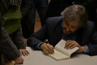 Capdevila, signant exemplars del seu llibre 'Educar Millor'// Elisenda Colell