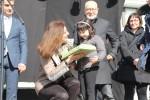 Carme Madorell, regidora d'infància, entrega el premi a Mireia Martínez, guanyadora del primer premi de la categoria dels petits