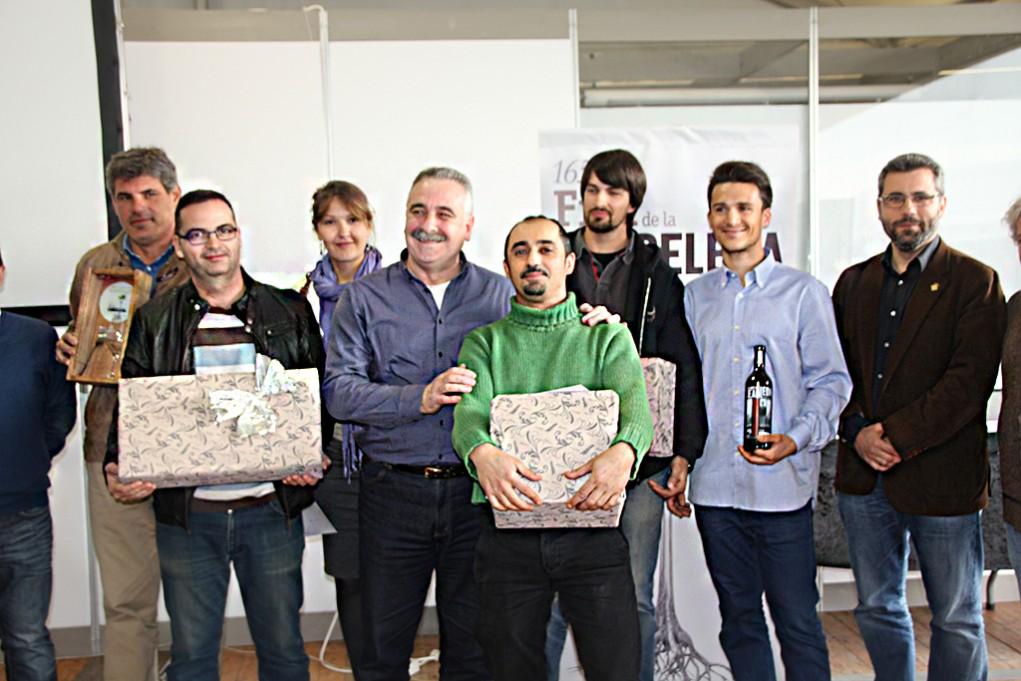 Foto de família dels guanyadors del concurs de tast de vins // Marc Pidelaserra