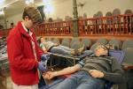 Un dels participants en el moment de donar sang // Jose Polo