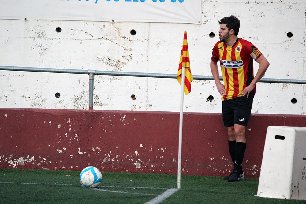 Carles Capella, ara jugant més en el centre, es prepara en un servei de cantonada // Jose Polo
