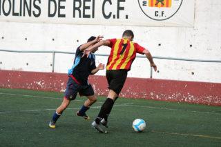 César Martínez protegeix una pilot en el partit contra el Corbera // Jose Polo