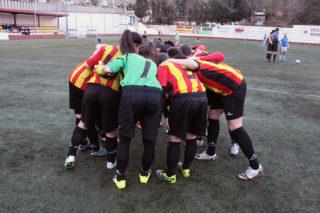 """El Molins de Rei CF fent el crit de guerra abans de jugar contra el Sant Gabriel """"B"""" // Jose Polo"""