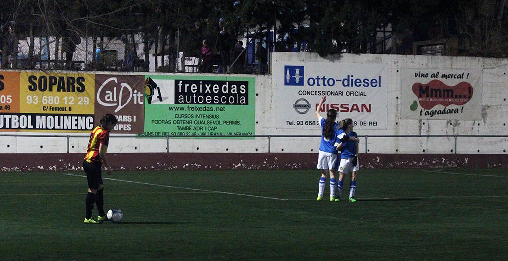 Sandra, autora de tres gols, preparant-se per llançar una falta // Jose Polo
