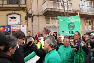 Puigdemont ha conversat amb membres de la PAH de Molins abans de fer la visita a la Fira // Marc Pidelaserra