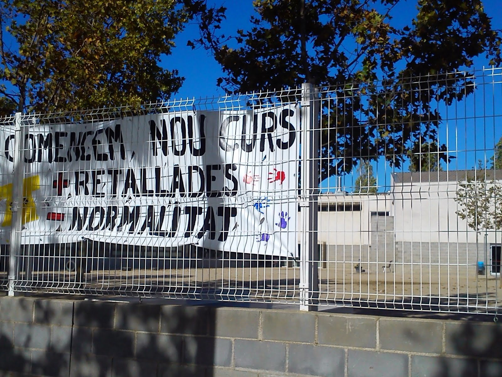 Pancarta contra les retallades // AMPA JM Madorell