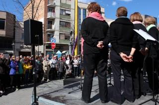 La Coral Les Veus del Dilluns actuant a la plaça de l'Ajuntament // Jose Polo