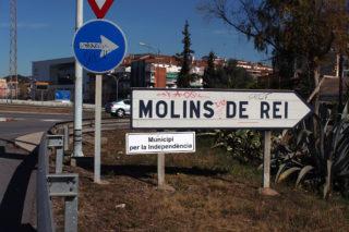 """Un dels rètols que proclama Molins de Rei com a """"municipi per la independència"""" // Jose Polo"""
