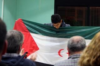Un dels representants de Molins amb el Sàhara amb la bandera durant el ple municipal // Jose Polo