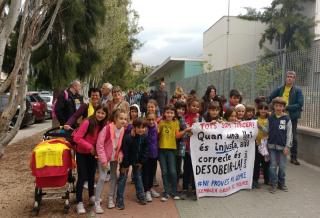 Desenes de famílies han participat en l'acte de boicot a la LOMCE durant aquesta setmana // Assemblea Groga de Molins de ReiDesenes de famílies han participat en l'acte de boicot a la LOMCE durant aquesta setmana // Assemblea Groga de Molins de Rei