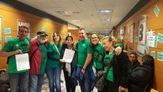 Els activistes, en una de les concentracions a les oficines de Catalunya Caixa defensant el cas de la Montse // Montse Martínez