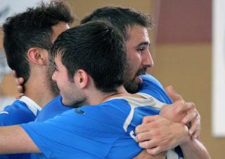 Agus, Ajo i Adrià s'abracen després d'un gol del primer // Jose Polo