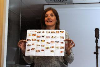Carme Madorell mostrant un dels fulletons de promoció del BdeGust // Jose Polo