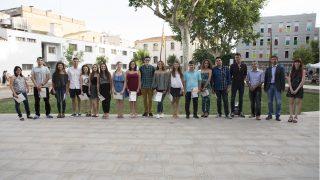 Foto de família amb els alumnes guardonats i els representants municipals // Ajuntament de Molins de Rei