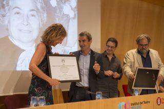 Mònica López rep el reconeixement de mans de l'alcalde Joan Ramon Casals // Ajuntament de Molins de Rei