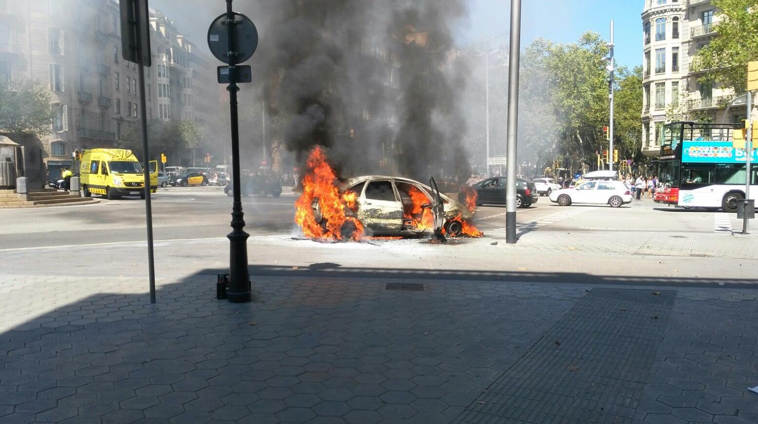 El cotxe de Víctor Puntas cremant al Passeig de Gràcia de Barcelona // Marc Jurado