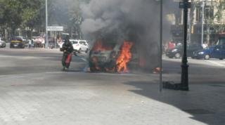El cotxe de Víctor Puntas cremant al Passeig de Gràcia de Barcelona // Catalunya Ràdio
