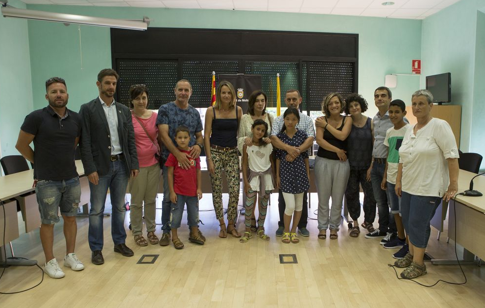 Benvinguda institucional a l'Ajuntament, amb les famílies, els infants i els responsables polítics i de l'entitat // Ajuntament de Molins de Rei