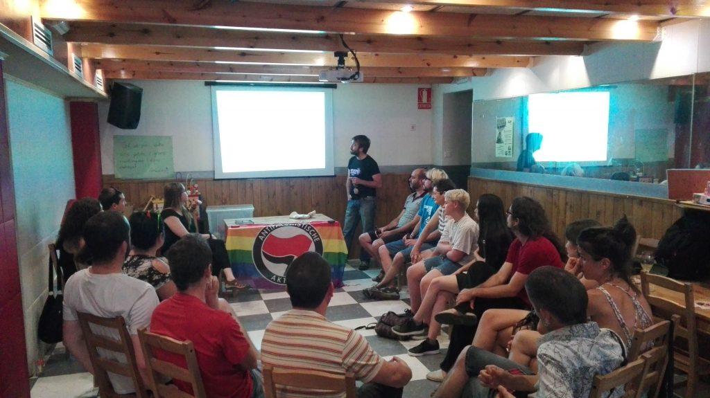 Un moment de la xerrada sobre combatre la LGTBIfòbia // Casal Popular La Barrina