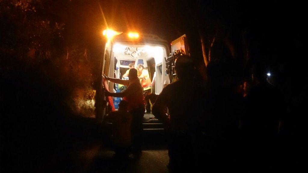 El Servei d'Emergències Mèdiques evacua l'home accidentat // Viu Molins de Rei