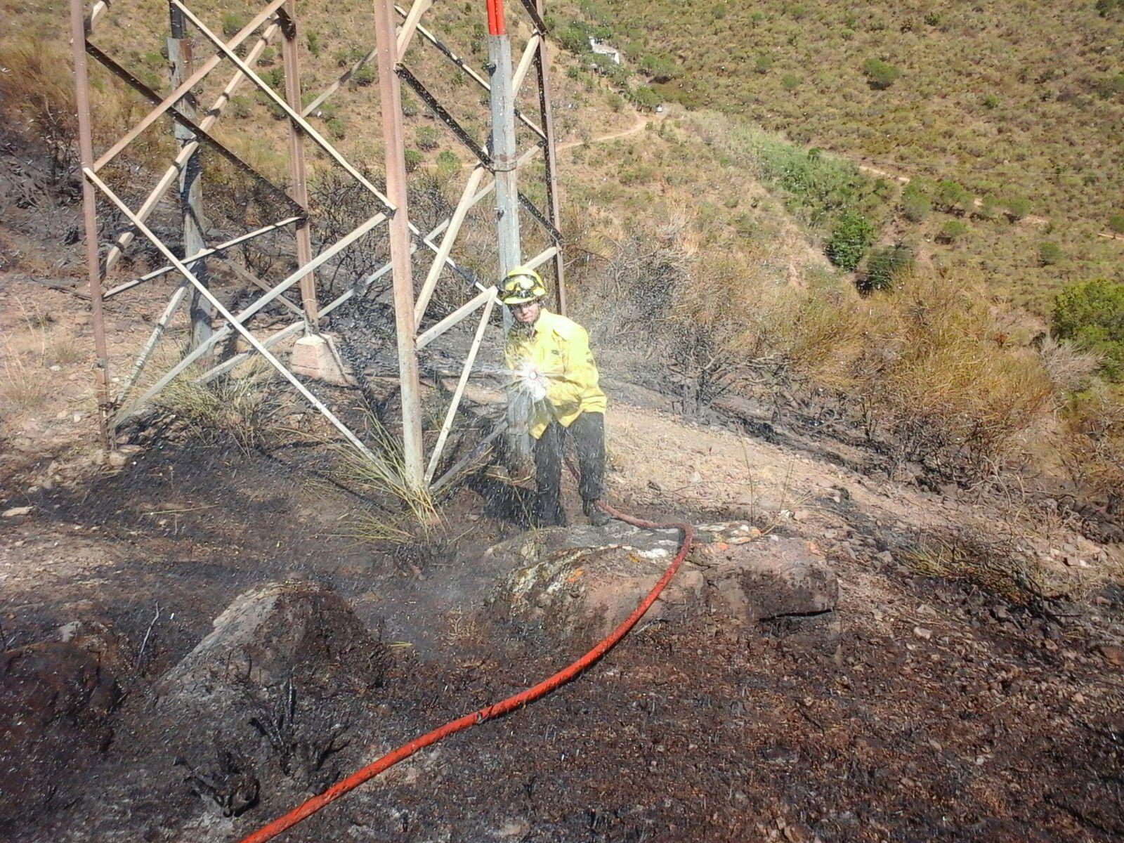 Un membre de l'ADF remullant la zona afectada // ADF Puigmadrona-Olorda