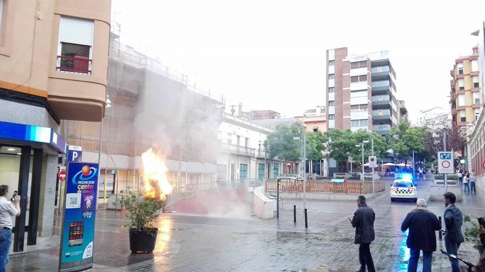 Imatge de la plaça del Mercat durant l'incendi // Sergi Carós
