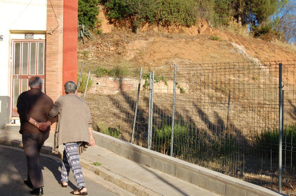 L'Antonio i la seva dona es miren el solar on abans hi havia casa seva, a Sant Pere de Romaní // Marc Pidelaserra
