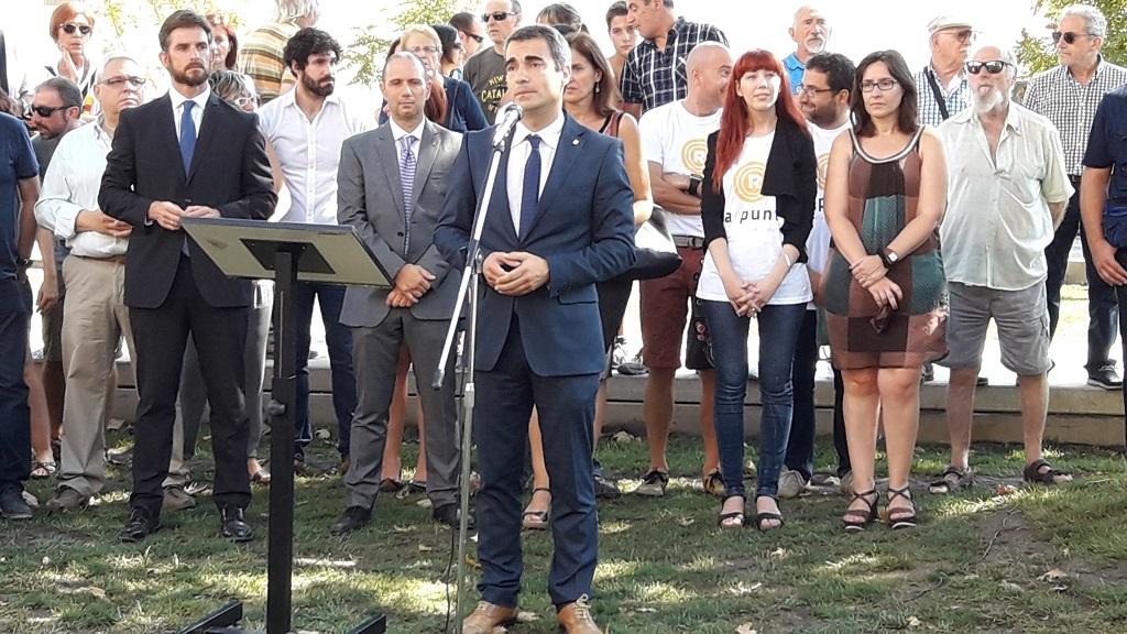 Joan Ramon Casals, acompanyat d'alguns regidors de l'Ajuntament, durant el discurs // Jose Polo