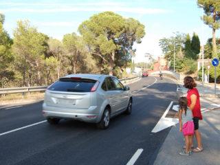 La Floriane i els seus fills han de creuar la carretera de manera insegura // Marc Pidelaserra
