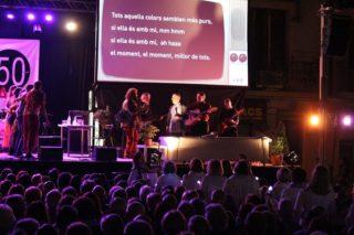 """Els Dracs van fer cantar al públic """"Colors"""", amb la coral """"Les veus del dilluns"""" entre el públic i actors de La Cuquera a l'escenari // Jose Polo"""