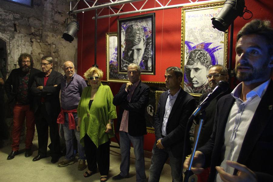 Sergi Carós (fill del bateria Vicenç Carós), Manel Cordero (guitarra), Faustino García (guitarra), Núria Feliu, Jordi Carreras (cantant), Joan Ramon Casals (alcalde), Toni Moreno (comissari de l'exposició) i Xavi Paz (regidor de Cultura) en l'acte d'inauguració // Jordi Julià