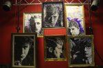 Retrats dels membres originals de la banda fets per Alfred Bofill presideixen l'homenatge // Jordi Julià