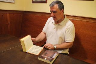 Jordi Anducas ensenyant un dels documents que va incloure en la versió ampliada del llibre // Jordi JuliàJordi Anducas ensenyant un dels documents que va incloure en la versió ampliada del llibre // Jordi Julià