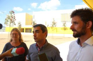 La directora de l'institut, Francina González; l'alcalde, Joan Ramon Casals; i el regidor d'Educació, Xavi Paz han visitat l'edifici en el primer dia // Jordi Julià