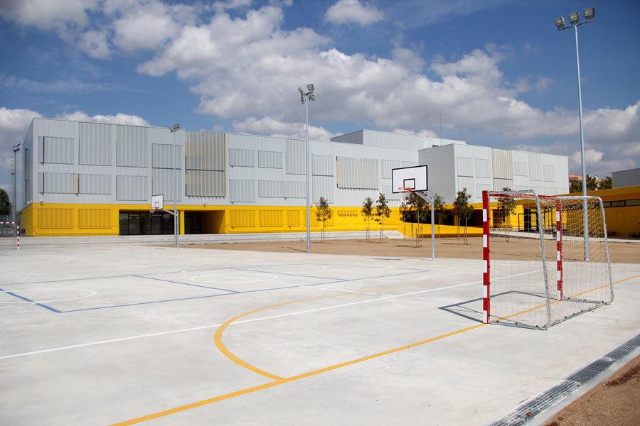 Una de les dues pistes de bàsquet i futbol // Jordi Julià //