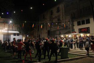 La Sidral Brass Band va inaugurar el Pati de Festa Majordesprés del pregó aconseguint fer ballar el públic // Jordi Julià