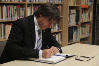 Puigdemont va escriure al llibre d'honor de l'institut // Jordi Julià