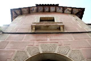 El voladís de la teulada té pintures que simulen mosaics // Jordi Julià