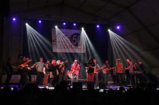 """El concert va acabar amb """"La casa del sol naixent"""" amb els setze músics i alguns familiars dels Dracs // Jordi Julià"""