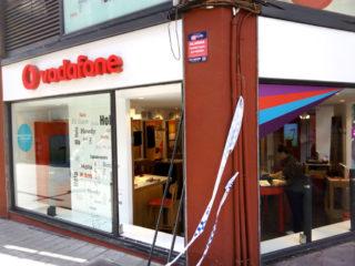 La botiga té barres de ferro per evitar aquests robatoris però han pogut trencar un dels vidres // Jordi Julià
