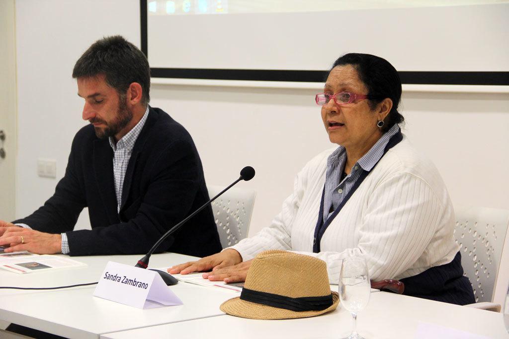 Sandra Zambrano -acompanyada del primer tinent d'alcalde, Xavi Paz- va explicar la violència contra LGTBI a Molins de Rei // Jordi Julià