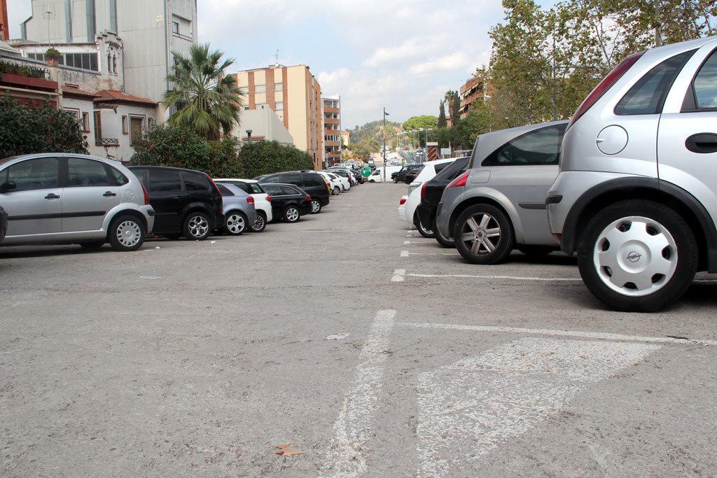 Un tros de l'aparcament de la plaça dels Països Catalans serà la primera zona taronja de Molins de Rei // Jordi Julià